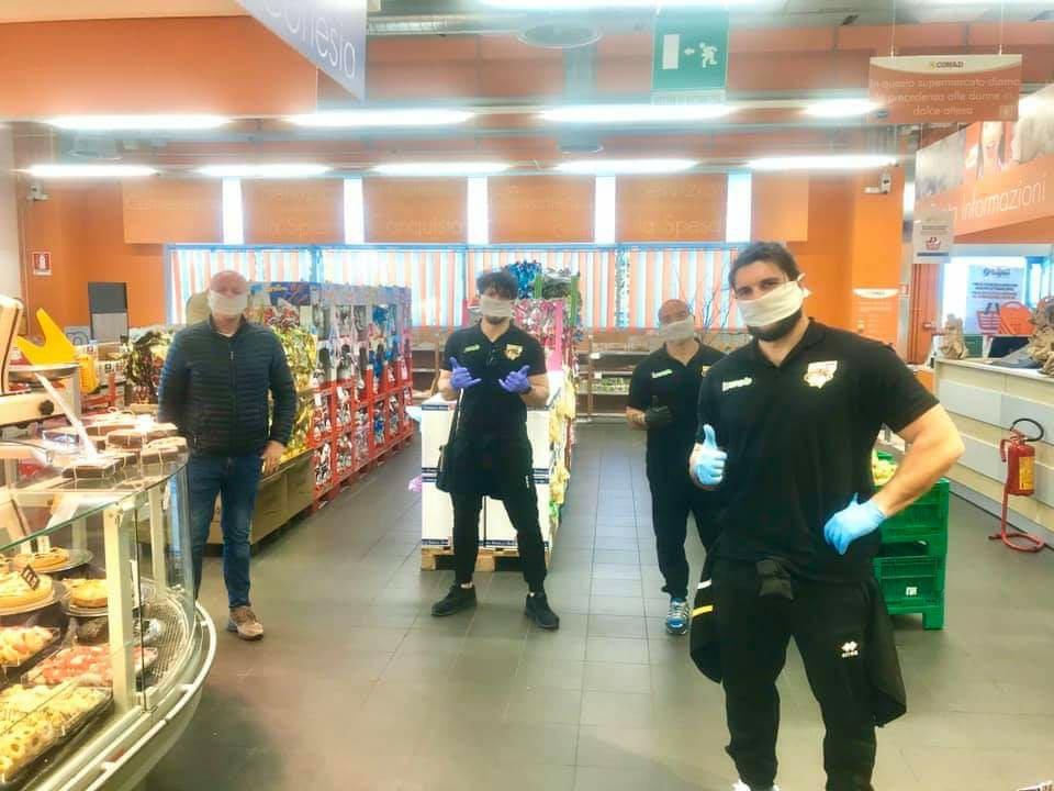 consegna domicilio - supermercato conad avezzano (foto atleti avezzano rugby con giovanbattista venditti)